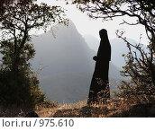 Купить «Монахиня в горах Греции», эксклюзивное фото № 975610, снято 24 сентября 2007 г. (c) Дмитрий Неумоин / Фотобанк Лори
