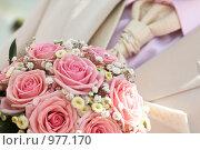 Купить «Галстук жениха и букет невесты», фото № 977170, снято 3 июля 2009 г. (c) Блинова Ольга / Фотобанк Лори