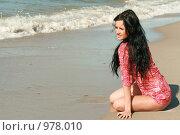 Красивая девушка сидит на берегу моря. Стоковое фото, фотограф Сухоносова Анастасия / Фотобанк Лори