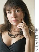 Купить «Портрет девушки с черными бусами, крупный план», фото № 978486, снято 9 июля 2009 г. (c) Сергей Плюснин / Фотобанк Лори