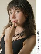 Купить «Портрет молодой брюнетки с черными бусами, крупный план», фото № 978494, снято 9 июля 2009 г. (c) Сергей Плюснин / Фотобанк Лори
