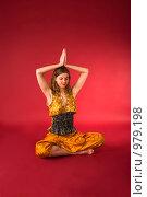 Купить «Молодая девушка в желтом костюме занимается йогой», фото № 979198, снято 5 марта 2009 г. (c) Олег Тыщенко / Фотобанк Лори
