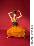Купить «Молодая девушка в желтом костюме занимается йогой», фото № 979206, снято 5 марта 2009 г. (c) Олег Тыщенко / Фотобанк Лори
