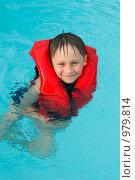 Купить «Мальчик, плавающий в бассейне в спасательном жилете», фото № 979814, снято 30 июня 2009 г. (c) Куликова Татьяна / Фотобанк Лори