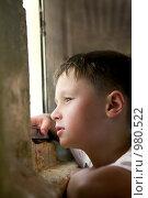 Купить «Надежда. Ребенок задумчиво смотрит в окно», фото № 980522, снято 22 июня 2009 г. (c) Куликова Татьяна / Фотобанк Лори