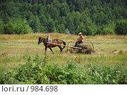 Мужчина на лошади ворошит сено (2009 год). Редакционное фото, фотограф Андрей Лисняк / Фотобанк Лори