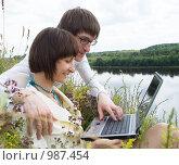Купить «Юноша и девушка с ноутбуком на берегу реки», фото № 987454, снято 10 июля 2009 г. (c) Григорьева Любовь / Фотобанк Лори