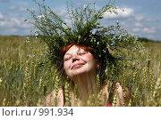 Купить «Девушка в пшеничном поле в венке из незабудок радуется теплу, солнцу, лету», фото № 991934, снято 12 июля 2009 г. (c) Сычёва Виктория / Фотобанк Лори