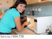 Купить «Девушка моет микроволновую печь», фото № 994778, снято 24 июля 2009 г. (c) Гладских Татьяна / Фотобанк Лори