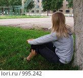 Купить «Девушка, сидящая у дерева и смотрящая вдаль», фото № 995242, снято 18 августа 2018 г. (c) Эдуард Жлобо / Фотобанк Лори