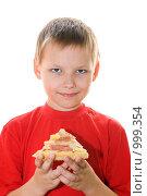 Купить «Мальчик с куском пиццы», фото № 999354, снято 13 июля 2009 г. (c) Юлия Сайганова / Фотобанк Лори