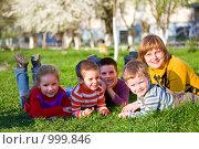 Купить «Женщина и четверо детей лежат на траве», фото № 999846, снято 18 апреля 2009 г. (c) Юрий Брыкайло / Фотобанк Лори