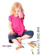 Купить «Девочка показывает фломастер», фото № 1000494, снято 18 августа 2018 г. (c) Эдуард Жлобо / Фотобанк Лори