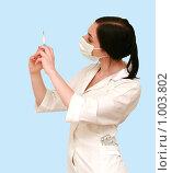 Доктор в белом халате со шприцем. Стоковое фото, фотограф Сухоносова Анастасия / Фотобанк Лори