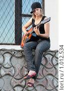 Купить «Девушка с гитарой», фото № 1012534, снято 30 июля 2009 г. (c) Майя Крученкова / Фотобанк Лори
