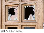 Купить «Разбитые стекла входной двери», эксклюзивное фото № 1015150, снято 17 июля 2009 г. (c) Александр Щепин / Фотобанк Лори