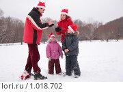 Купить «Семья в  новогодних колпаках зажигают бенгальские огни», фото № 1018702, снято 28 декабря 2008 г. (c) Losevsky Pavel / Фотобанк Лори