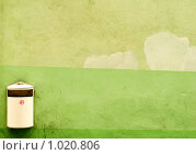 Купить «Урна для мусора на зелёной стене», фото № 1020806, снято 11 июля 2009 г. (c) Алексей Лебедев / Фотобанк Лори