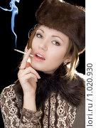 Купить «Красивая девушка с сигаретой», фото № 1020930, снято 20 декабря 2008 г. (c) Сергей Сухоруков / Фотобанк Лори