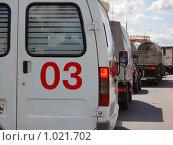 Купить «Скорая помощь в пробке», фото № 1021702, снято 22 июля 2009 г. (c) Никонор Дифотин / Фотобанк Лори