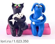 Купить «Пластилиновые кошка и собака, сидящие и мечтающие», фото № 1023350, снято 6 августа 2009 г. (c) Евгений Прокофьев / Фотобанк Лори