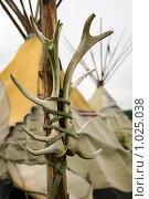 Купить «Вигвам и тотем с рогами оленя», фото № 1025038, снято 13 июля 2009 г. (c) Алексей Лебедев / Фотобанк Лори