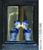 Купить «Бело-голубые фарфоровые фигурки целующихся мальчиков в окне старинного дома . г. Амстердам», фото № 1028046, снято 1 мая 2008 г. (c) Татьяна Федулова / Фотобанк Лори