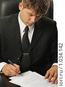 Купить «Бизнесмен подписывает контракт», фото № 1034142, снято 19 июля 2009 г. (c) Сергей Галушко / Фотобанк Лори