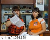 Купить «Женщина кидает документы», фото № 1034858, снято 14 августа 2009 г. (c) Кристина Викулова / Фотобанк Лори