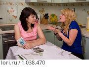 Купить «Девушка доказывает подруге свою точку зрения. Две женщины решают, куда вложить деньги», фото № 1038470, снято 15 августа 2009 г. (c) Ирина Карлова / Фотобанк Лори