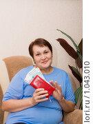 Купить «Женщина с деньгами в руках», фото № 1043010, снято 19 августа 2009 г. (c) Анна Игонина / Фотобанк Лори