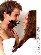 Купить «Молодой человек держа розу в зубах обнимает девушку», фото № 1044594, снято 4 августа 2009 г. (c) Машбиц Любовь Викторовна / Фотобанк Лори