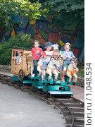 Купить «Дети катаются на аттракционе», фото № 1048534, снято 11 августа 2009 г. (c) Елена Блохина / Фотобанк Лори