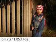 Купить «Девочка у забора в луче заходящего солнца», фото № 1053462, снято 20 августа 2009 г. (c) Никонор Дифотин / Фотобанк Лори
