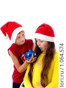 Купить «Дети в новогодних колпаках», фото № 1064574, снято 12 августа 2009 г. (c) Анна Игонина / Фотобанк Лори