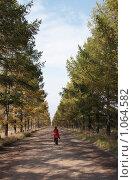 Купить «Одинокая женщина на пустынной дороге», фото № 1064582, снято 4 октября 2008 г. (c) Юрий Синицын / Фотобанк Лори