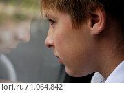 Грустный мальчик смотрит в окно. Стоковое фото, фотограф Дарья Мирошникова / Фотобанк Лори