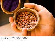 Компактные румяна в шариках с зеркалом лежат на руке. Стоковое фото, фотограф Полина Бублик / Фотобанк Лори
