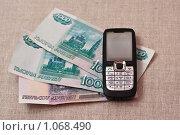 Телефон с деньгами. Стоковое фото, фотограф Константин Мартынов / Фотобанк Лори