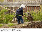 Купить «Маленький мальчик с лопатой в огороде. Деревенский быт.», фото № 1071250, снято 9 мая 2009 г. (c) Вадим Орлов / Фотобанк Лори