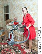 Купить «Уборка в квартире», фото № 1074342, снято 6 сентября 2009 г. (c) Яков Филимонов / Фотобанк Лори