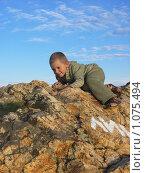 Ребенок на камне. Стоковое фото, фотограф Шишмарев Александр / Фотобанк Лори