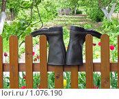 Купить «Сапоги на заборе», фото № 1076190, снято 31 мая 2009 г. (c) UladzimiR / Фотобанк Лори