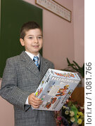 Купить «Мальчик с игрушкой у школьной доски», фото № 1081766, снято 1 сентября 2009 г. (c) Оксана Гильман / Фотобанк Лори