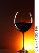 Купить «Бокал с красным вином», фото № 1085186, снято 2 сентября 2009 г. (c) Роман Сигаев / Фотобанк Лори