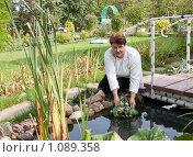 Купить «Женщина около маленького пруда на даче», фото № 1089358, снято 13 сентября 2009 г. (c) Андрей Батурин / Фотобанк Лори