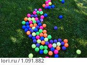 Разноцветные шары на газоне. Стоковое фото, фотограф Лебедева Дарья / Фотобанк Лори