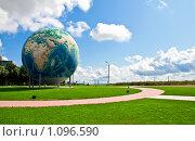 Купить «Самый большой глобус в Европе (г. Дорогобуж, Смоленской области)», фото № 1096590, снято 19 августа 2009 г. (c) Зайцев Алексей / Фотобанк Лори