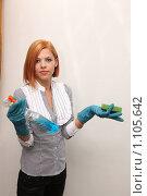 Купить «Девушка в резиновых перчатках», фото № 1105642, снято 29 августа 2009 г. (c) Павел Гундич / Фотобанк Лори