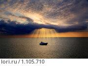 Одинокая лодка в море. Стоковое фото, фотограф Хижняк Екатерина / Фотобанк Лори